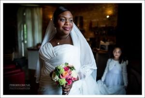 La mariée avec son bouquet de mariage prête à partir pour la mairie