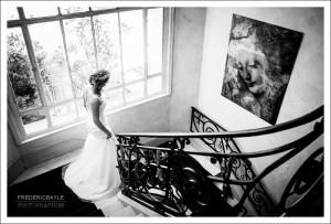 descente de l'escalier de la mariée pour aller à sa voiture