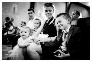 Des invités durant la cérémonie religieuse du mariage