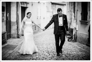 Mariage à Angers, les mariés dans le quartgier historique