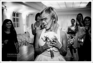 La mariée lance son bouquet au Château de Reilly