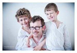 Portrait de famille : le papa avec ses enfants