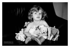 Portrait d'enfant avec ses doudous