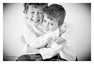 Photos de deux garçons en train de jouer