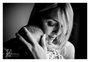 Gros plan en noir et blanc d'une maman avec son bébé