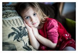 Portrait en couleur d'un jeune fille sur un canapé