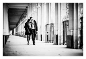 Couple sous les arcades du jardin du Palais Royal à Paris