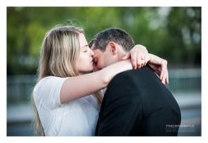 Couple enlacés près de la Tour Eiffel à Paris