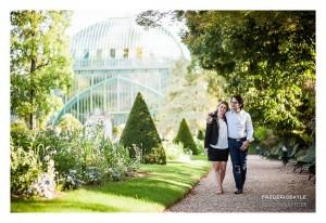 Couple enlacés dans le jardin des serres d'Auteuil