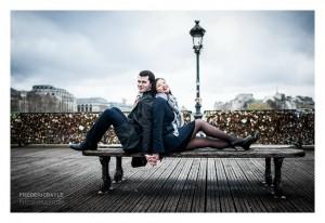 Plan large d'un couple d'amoureux sur le Pont des Arts à Paris