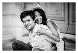 Amoureux souriant dans la Cour Carrée du Musées du Louvres