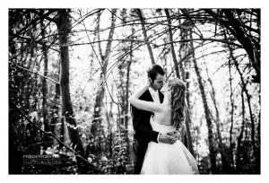 Plan large d'un baiser d'amoureux dans la forêt de Meudon