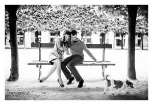Couple avec chien dans le jardin du Palais Royal à Paris