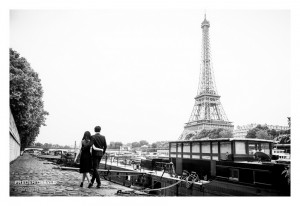 Amoureux à Paris avec en arrière plan la Tour Eiffel