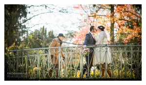 Amoureux en automne sur la passerelle de l'arboretum de chatenay malabry