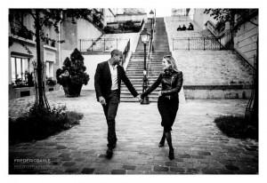 Couple à la nuit tombée dans le quartier de Montmartre à Paris