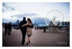 Couple s'éloignant de dos dans le jardin des Tuileries
