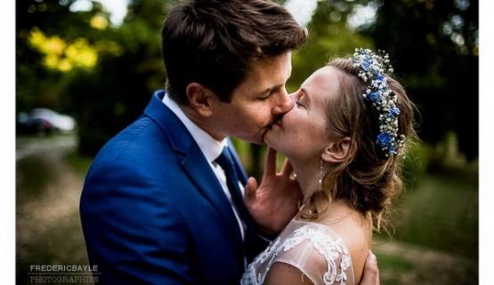 Gros plan sur baiser des mariés