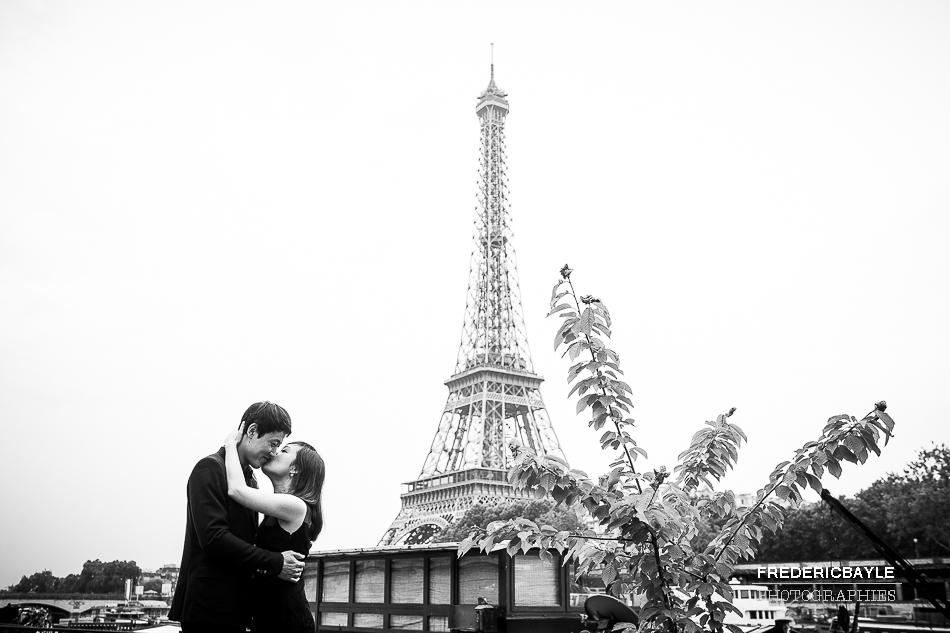 séance photos d'engagement au mariage à Paris
