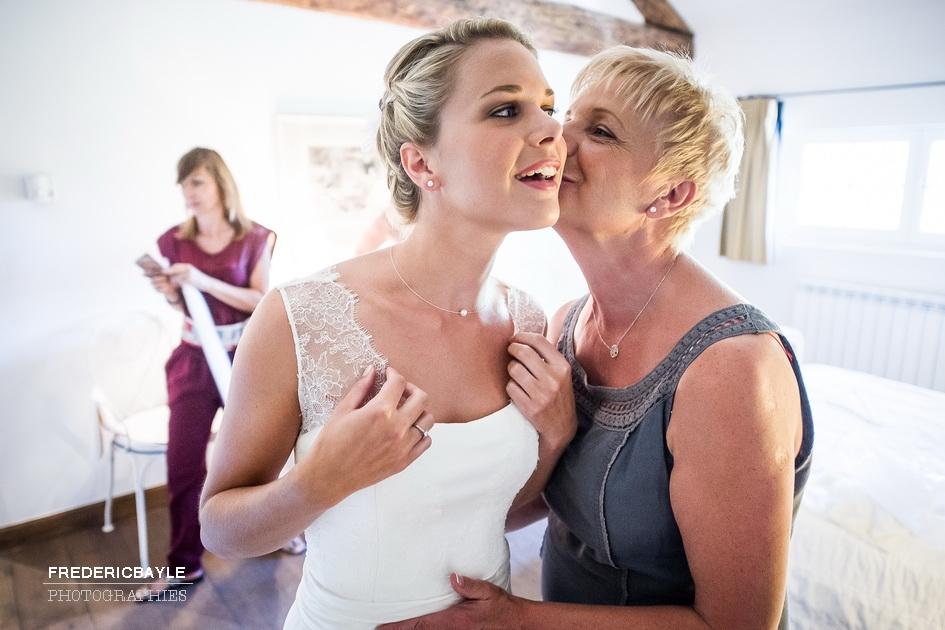 La mariée avec sa maman avant la cérémonie du mariage
