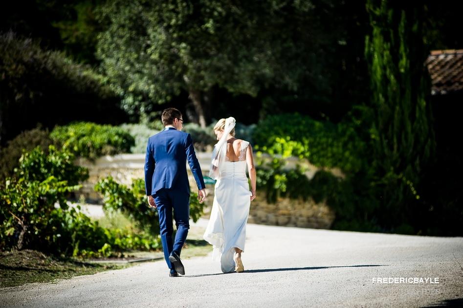 mariés allant vers les vignes