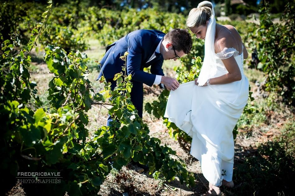 les mariés dans les vignes du Château La Tour Vaucros