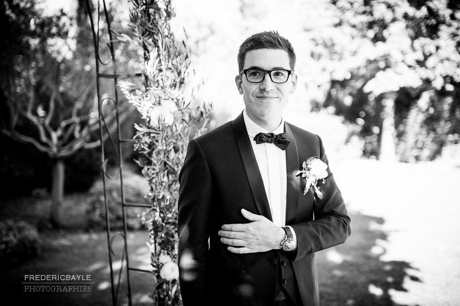 le marié attendant l'entrée de la mariée