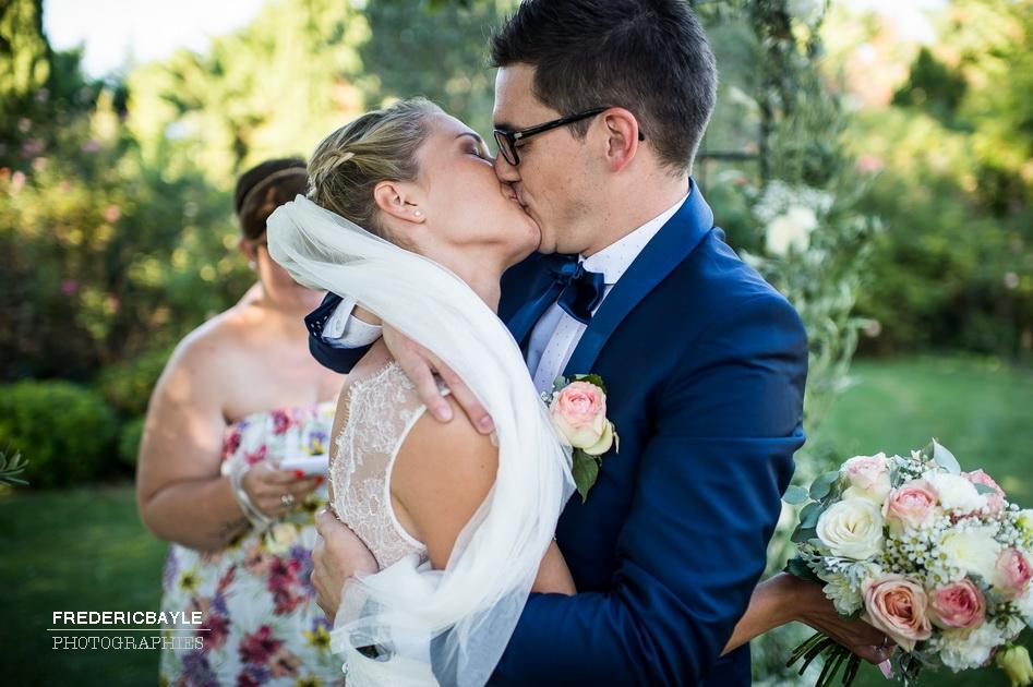 le baiser des mariés après les alliances
