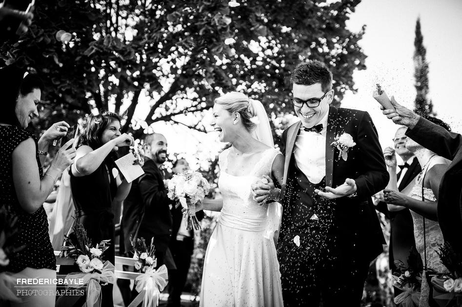 la sortie des mariés après la cérémonie