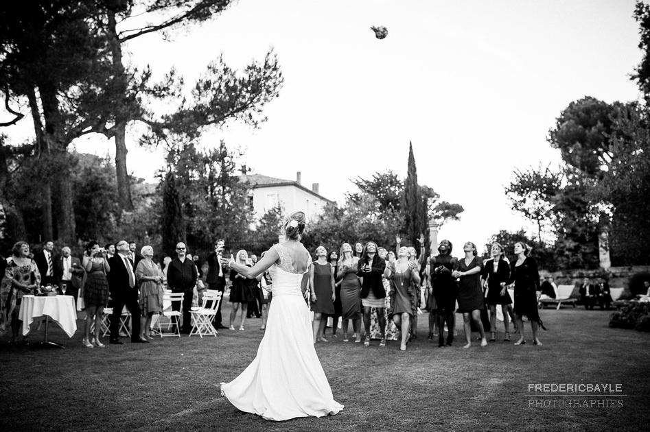 le lancé du bouquet de mariage