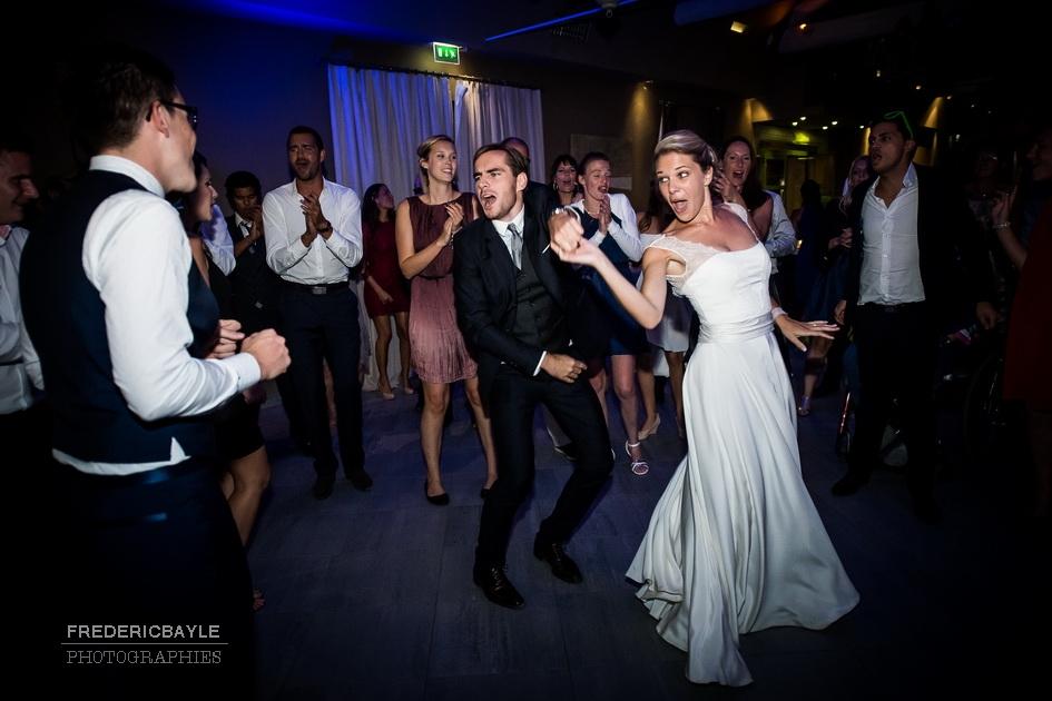 les invités du mariage font les fous