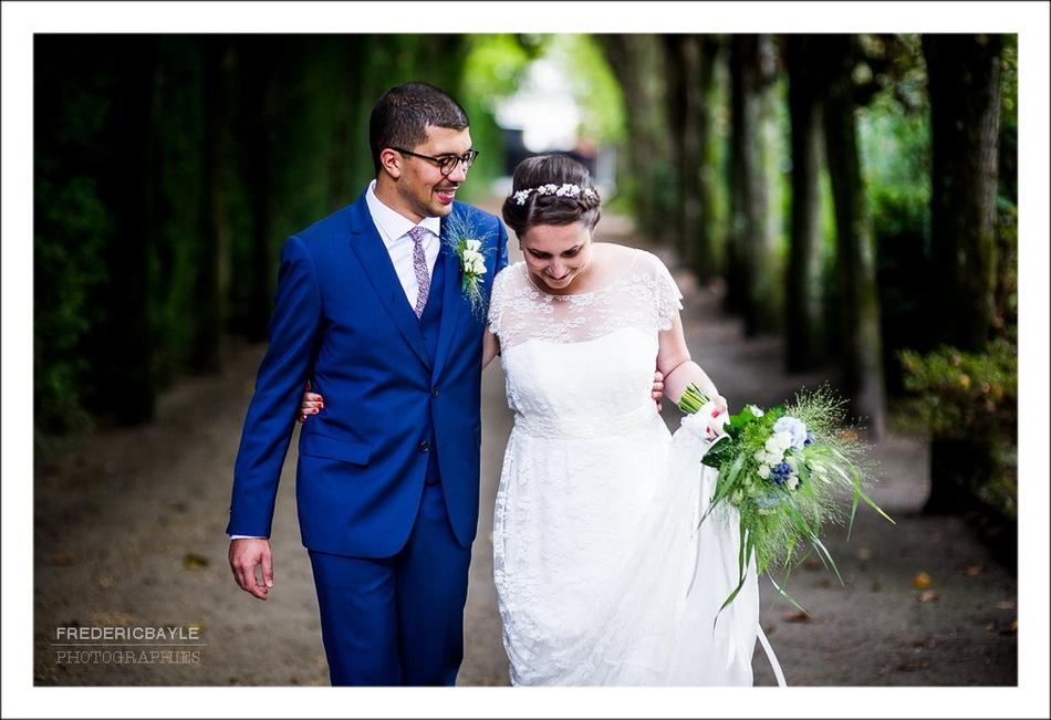 Séance photos de mariés avec un parapluie