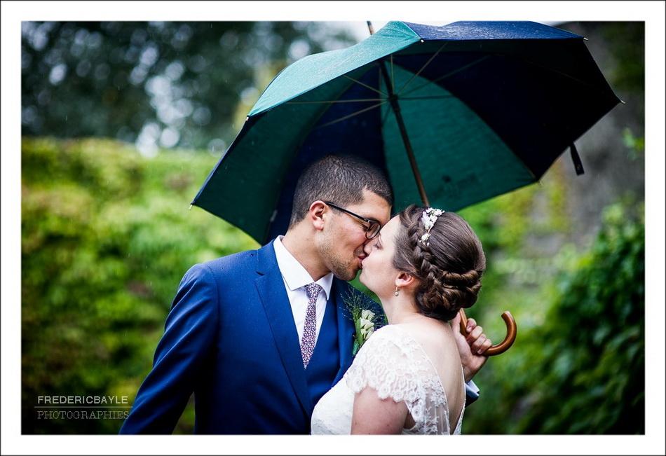 photos de mariés sous la pluie