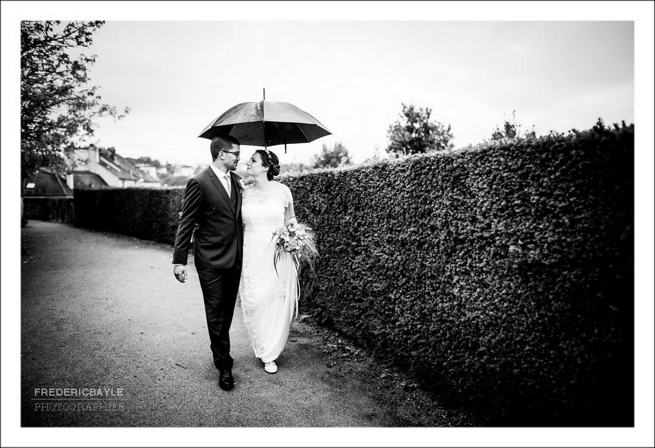 Séance photos de mariage sous la pluie