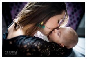 moment de tendresse de maman avec son bébé