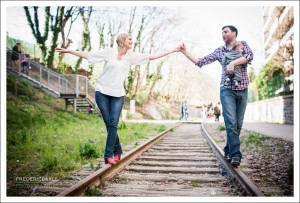 Photos en extérieur, parents avec bébé sur une voie ferrée