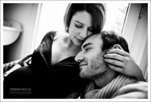 Portrait en noir et blanc des futurs parents durant la grossesse