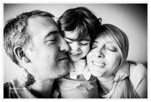 Photos de famille, jeune fille prenant ses parents dans ses bras