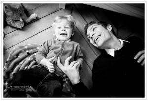 photos de papa jouant avec son petit garçon