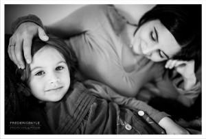 Une maman avec sa fille au premier plan. Photos en noir et blanc