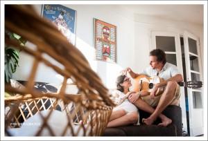 Photo de grossesse en intérieur, papa à la guitarre