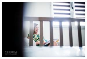 La futur maman pendant sa grossesse, avec le berceau au premier plan