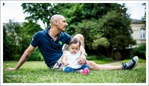 Photo en extérieur, papa avec son bébé