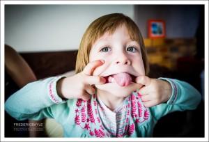 grimace de petite fille au photographe