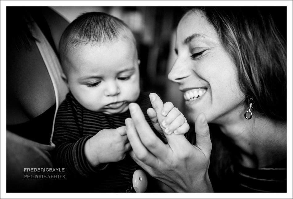 maman jouant avec son bébé