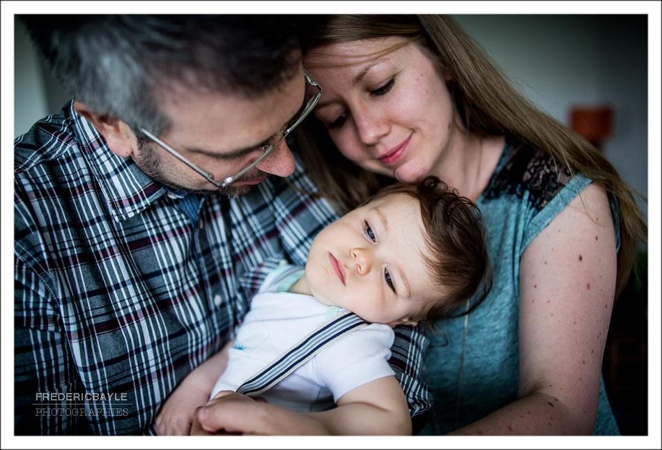 Séance en famille, les parents avec leur bébé pour un moment de tendresse