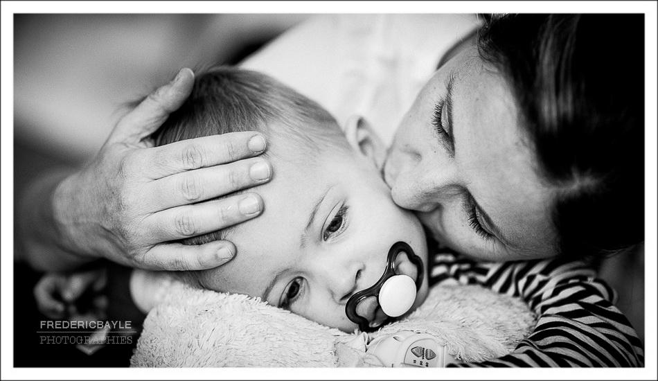 moment de tendresse entre la maman et son petit garçon