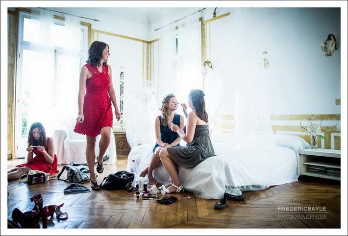 Début des préparatifs de la mariée avec ses amies