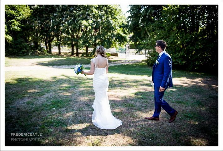 Les invités au mariage sont au bord de la piscine