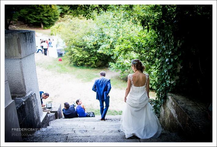 les invités au mariage s'amusent au bord de la piscine